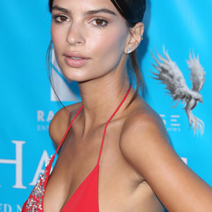 Braless Photos of Emily Ratajkowski – Celeb Nudes