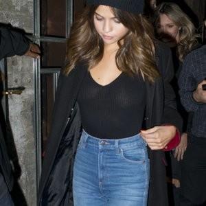 Braless Photos of Selena Gomez – Celeb Nudes