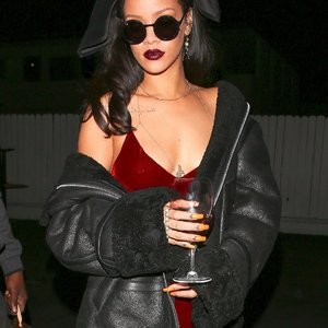 Braless pics of Rihanna – Celeb Nudes