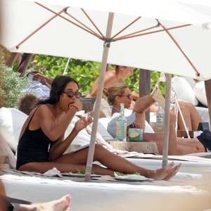 Alycia Debnam-Carey Celebrity Nude Pic sexy 025