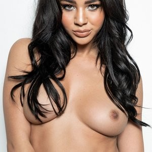 Topless Photos of Courtnie Quinlan – Celeb Nudes