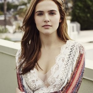 Zoey Deutch Cleavage Photo – Celeb Nudes